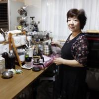 コーヒーは注文毎に豆を挽いていれてくれます